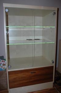 skříňka s vitrínou s podsvícením led diodama