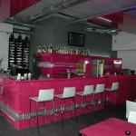 prodejní bar s policemi - kavárna
